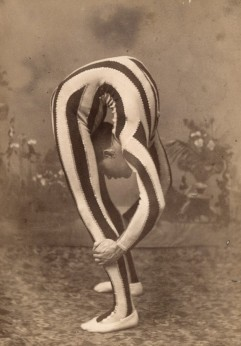 Contortionist,_doing_a_backbend